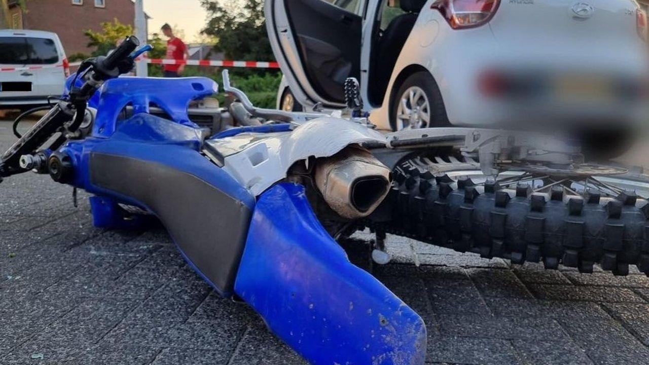 Bestuurder crossmotor vlucht voor de politie, botst met personenauto