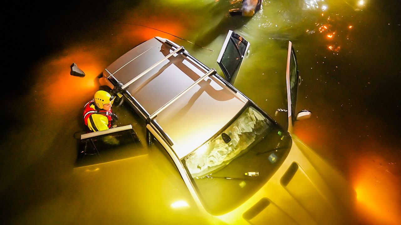 Auto belandt in water in Blixembosch, bestuurder spoorloos