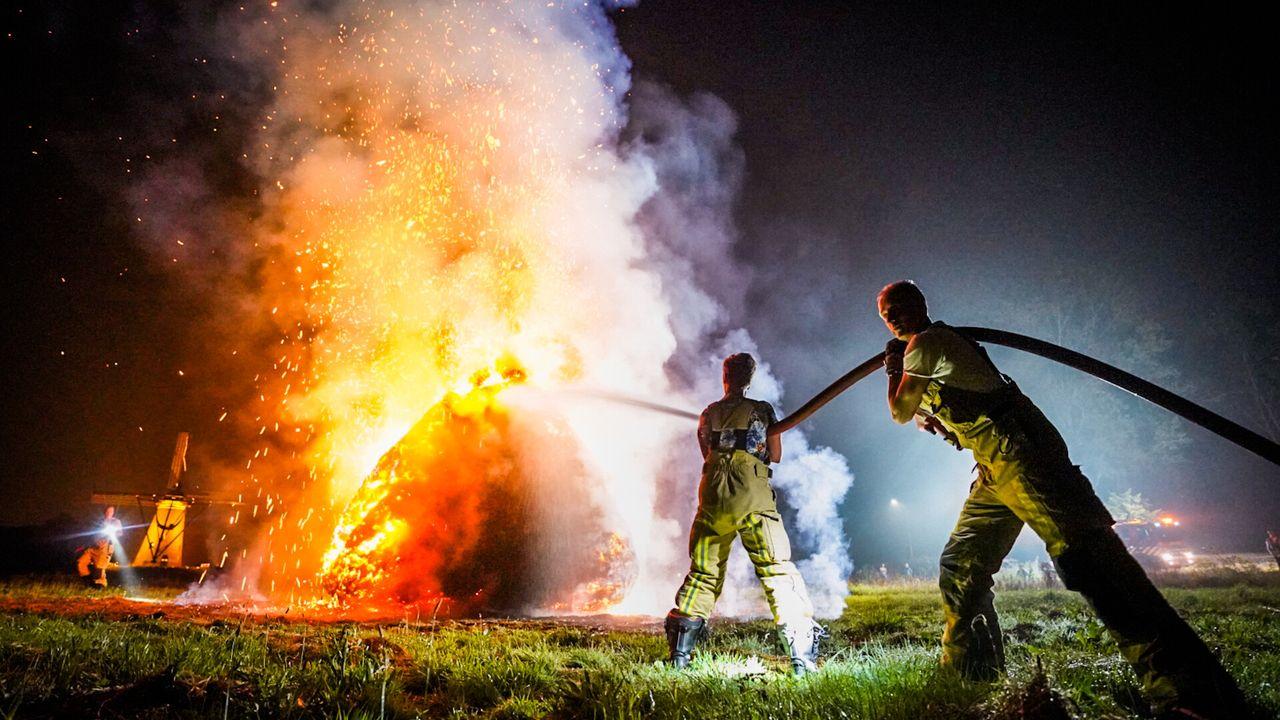 Grote stapel hooi in brand in Nuenen