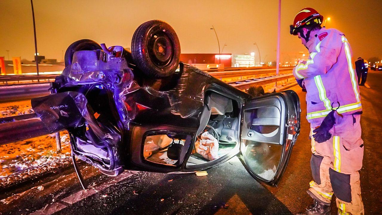 Auto slaat over de kop op A2 bij Eindhoven, ambulance zit vast