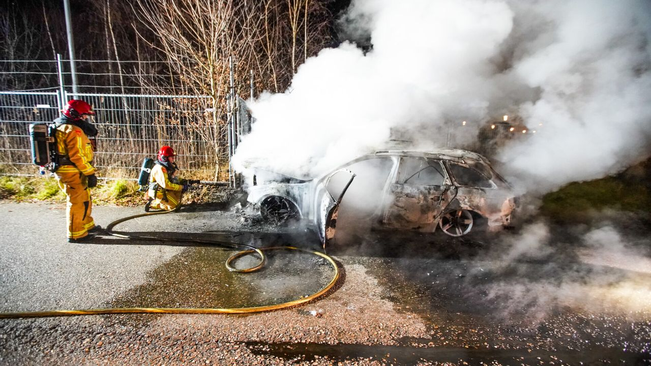 Gedumpte auto brandt volledig uit in Eindhoven