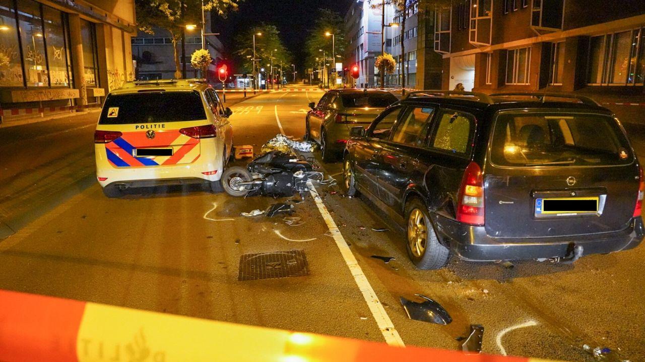 Politieagent botst tegen scooter in Eindhoven, twee gewonden