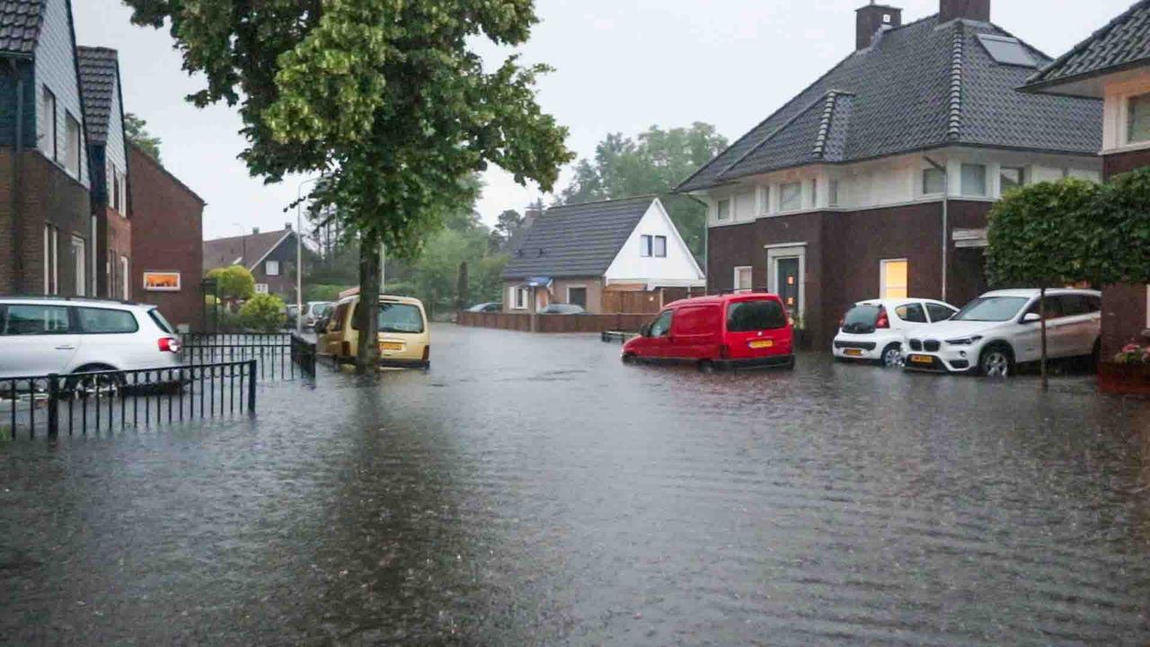 Wateroverlast in Mierlo na stortregens