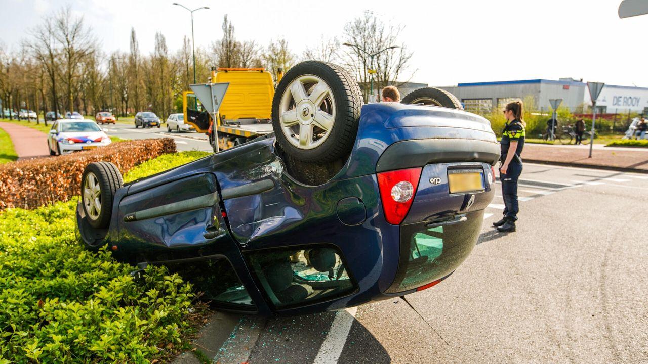 Auto op zijn dak bij ongeluk in Nuenen