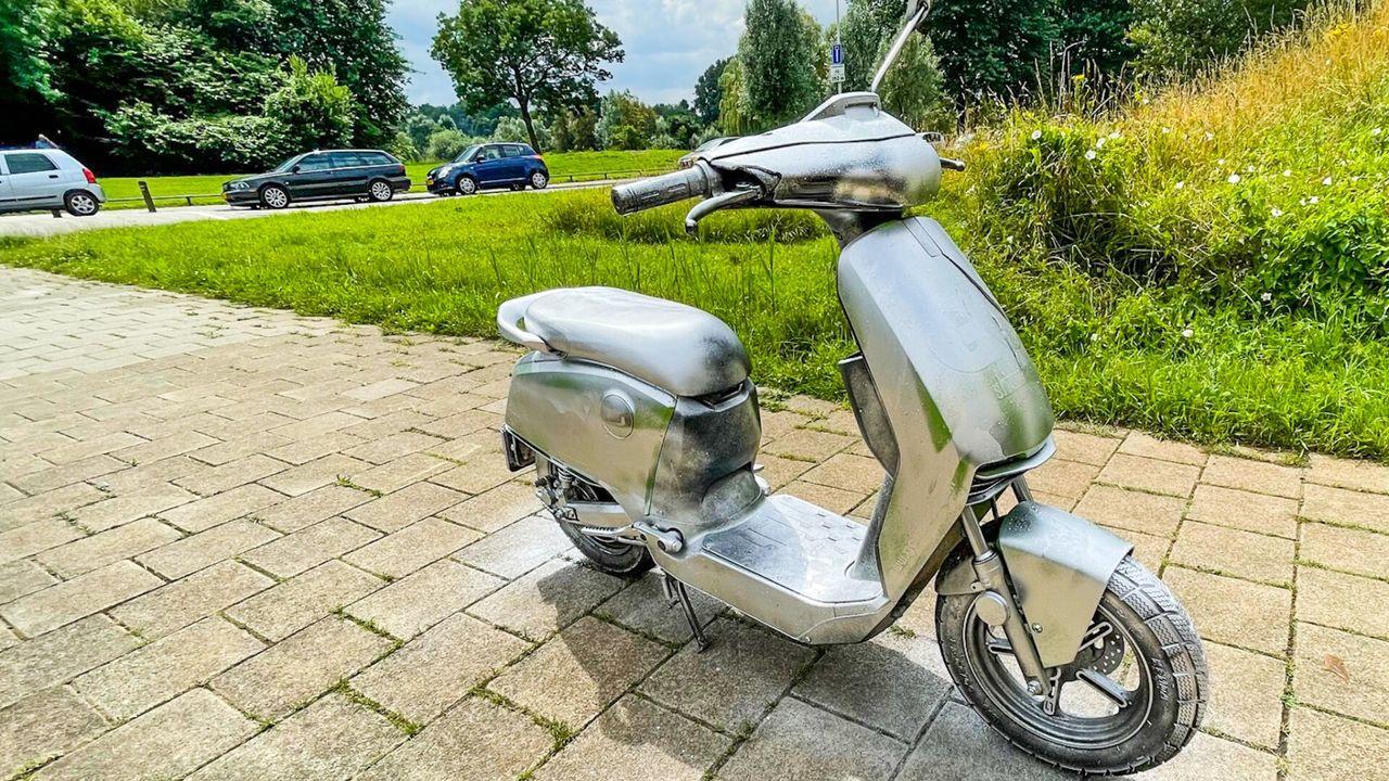 Zilver gespoten deelscooter duikt op in Eindhoven