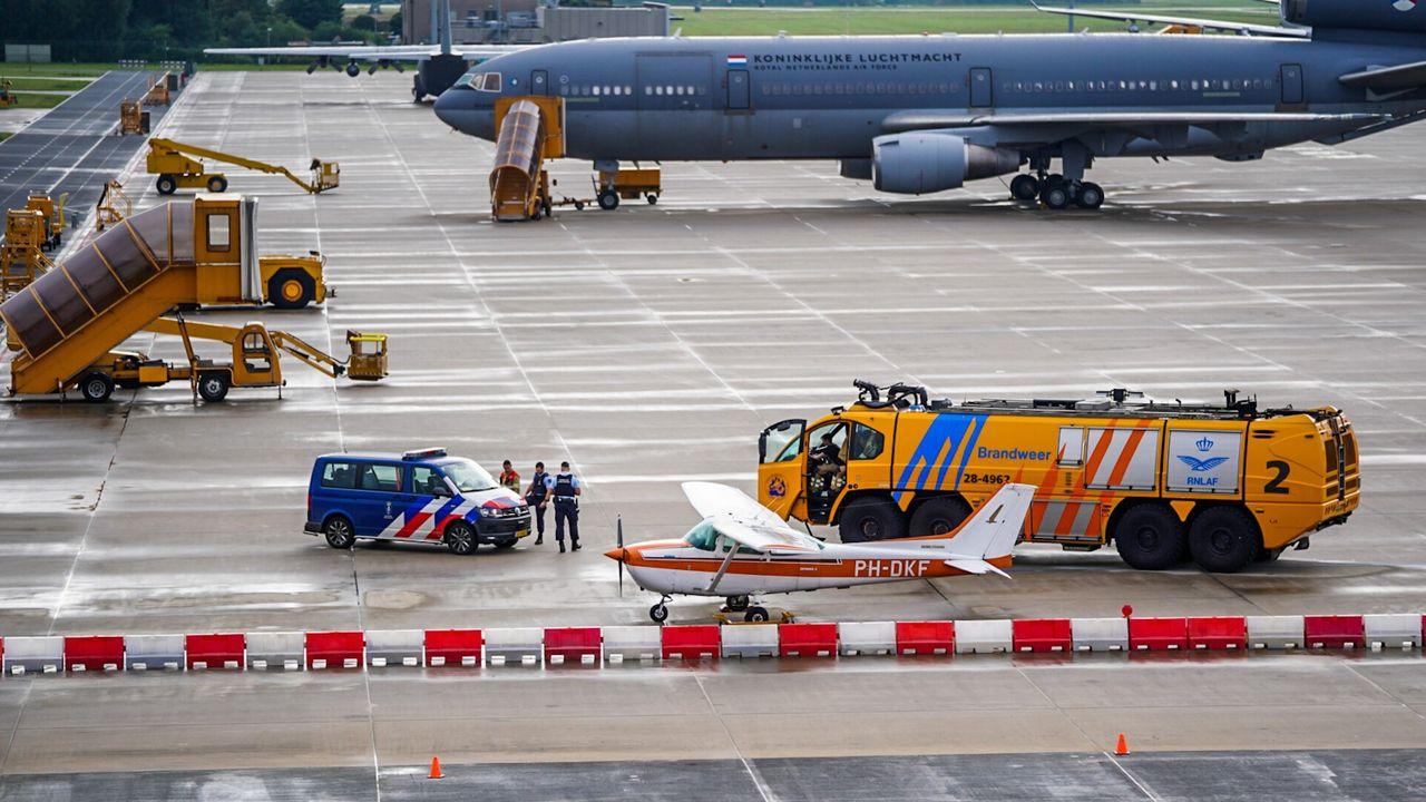 Vliegtuig krijgt klapband op landingsbaan Vliegbasis Eindhoven
