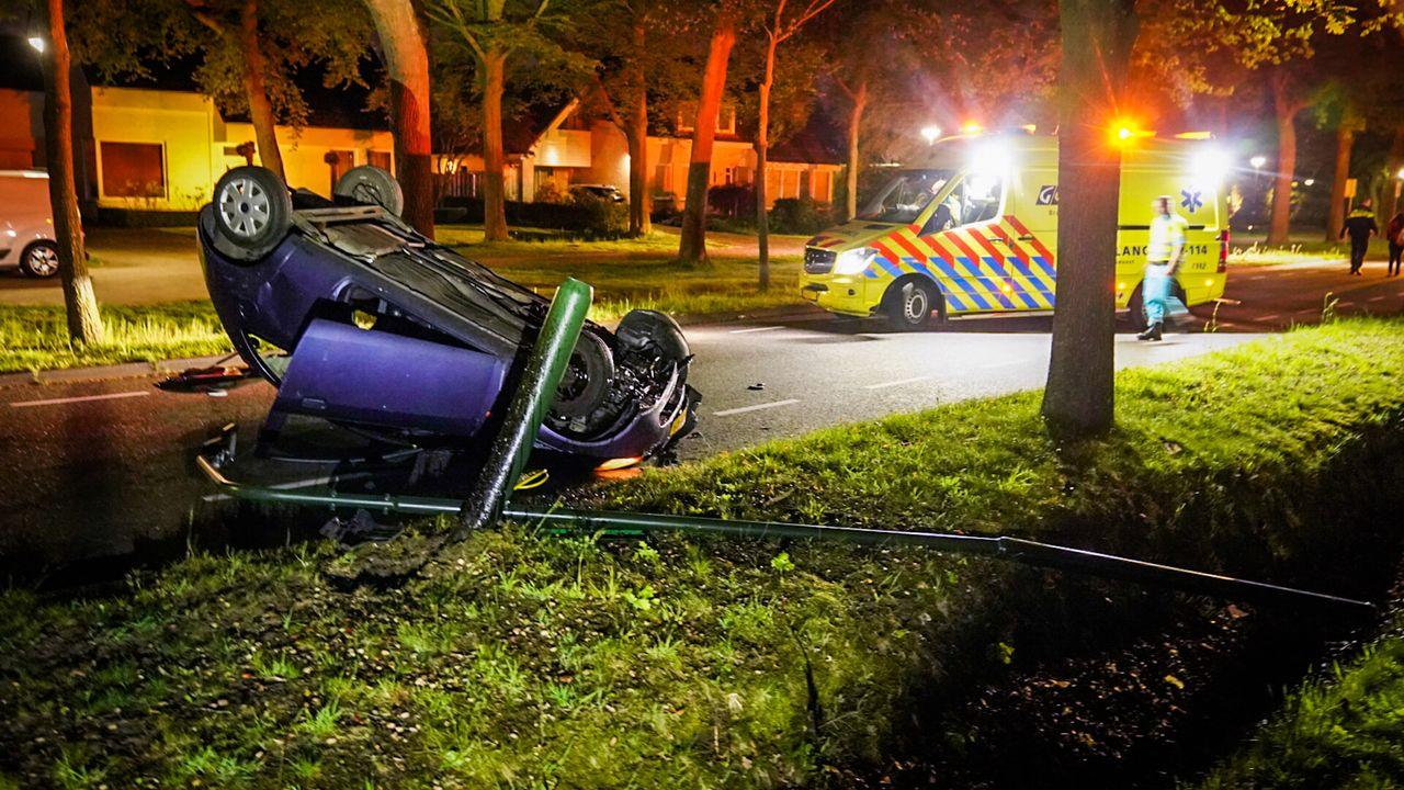 Auto slaat over kop in Nuenen