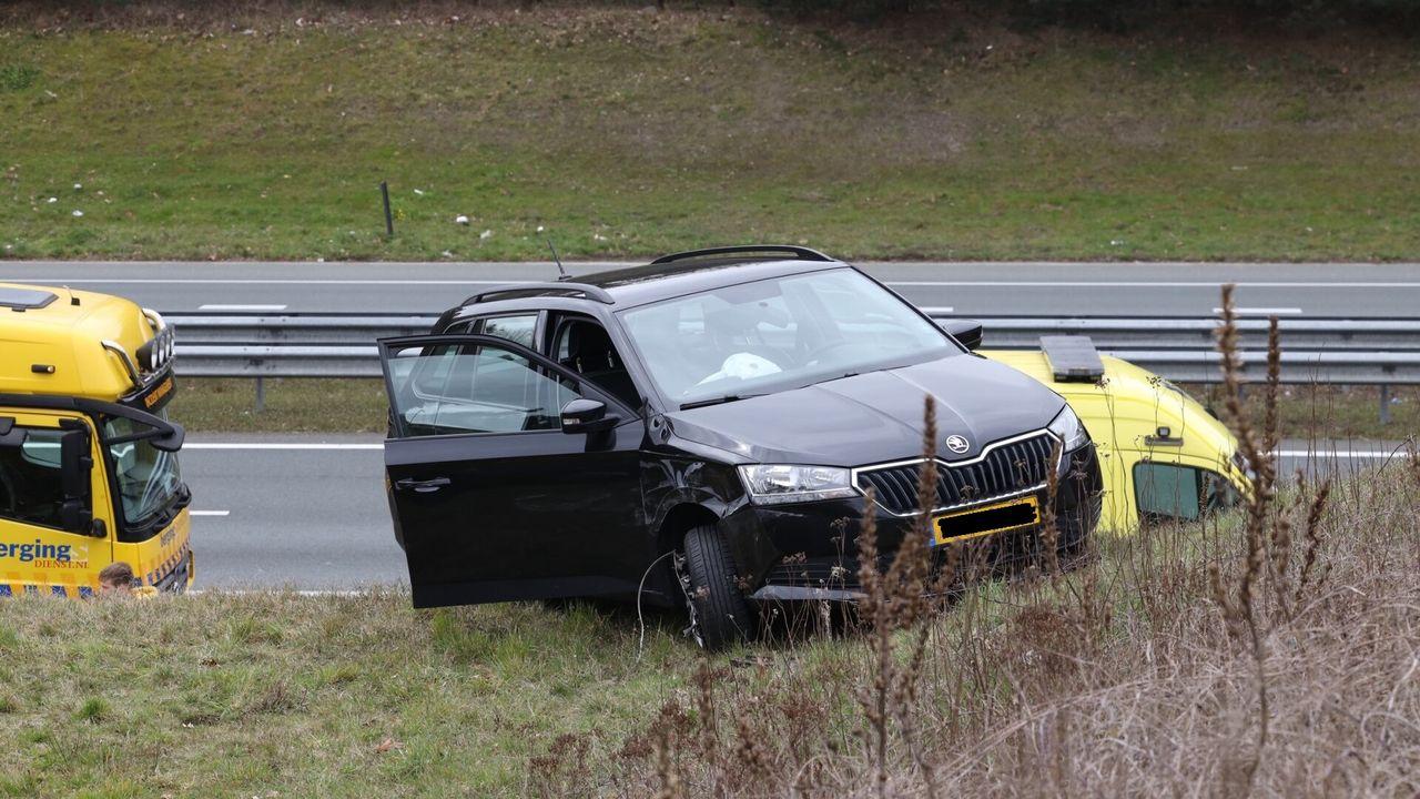 Auto op metershoge talud na ongeval op A50