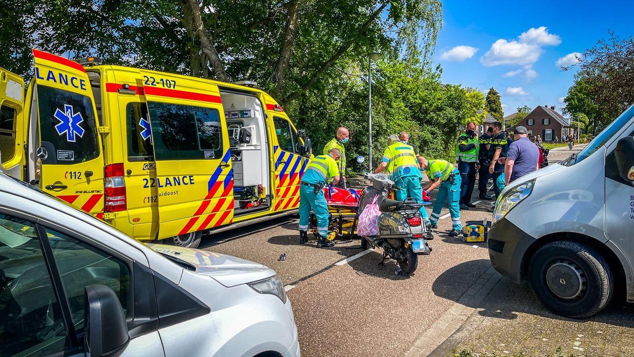 Fietsster valt tijdens meeliften met scooter in Nuenen en raakt ernstig gewond