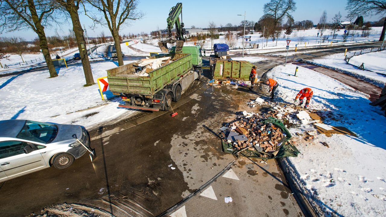 Container valt van vrachtwagen in Veldhoven