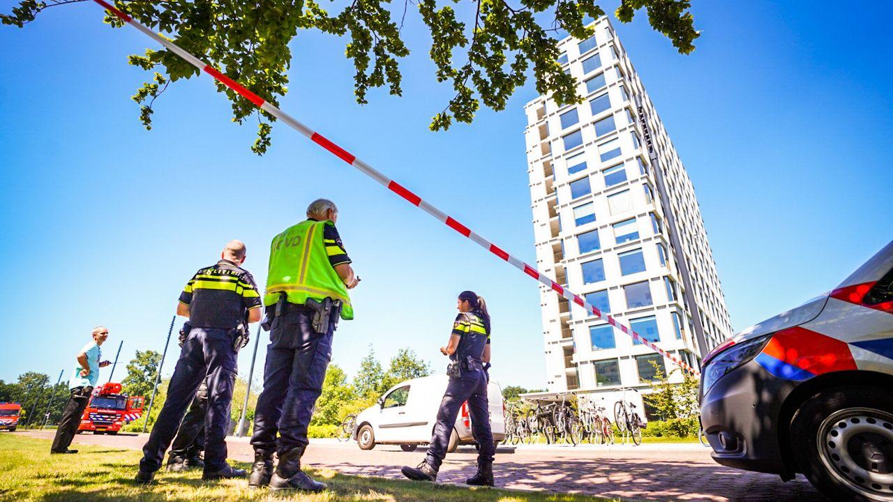 Vrouw bungelt aan balkon, vertrekt voor de hulpdiensten arriveren
