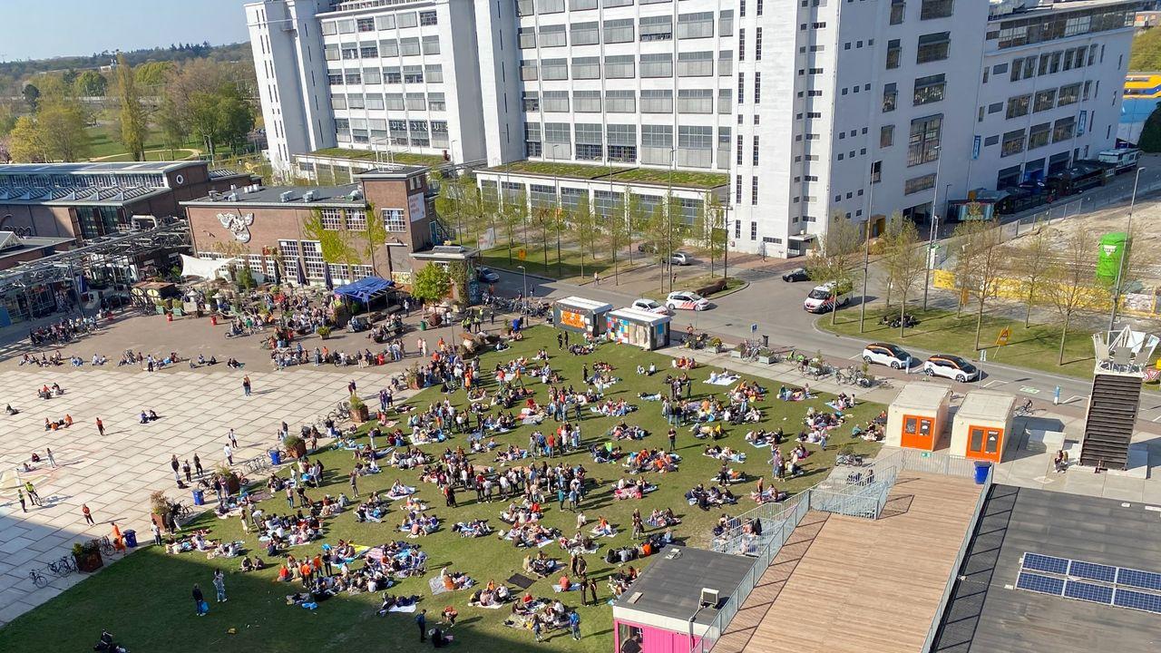 Mooie weer lokt veel mensen naar pleinen en parken