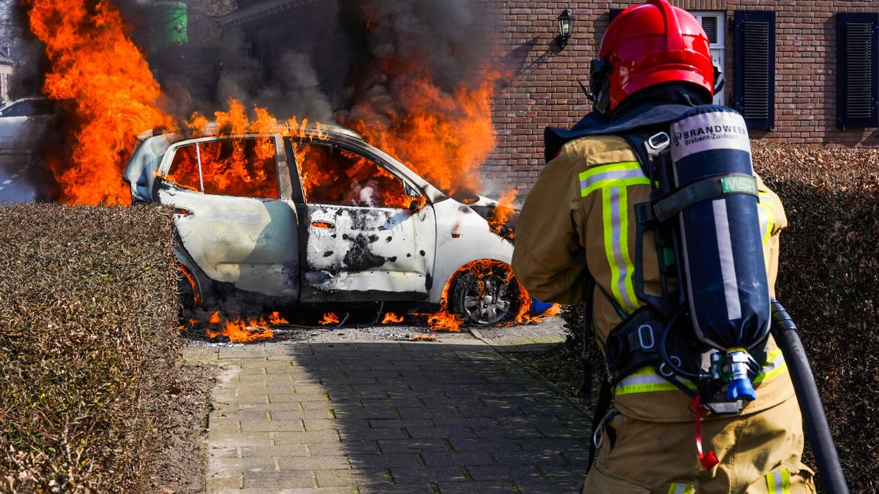 Auto in Nuenen vliegt spontaan in brand