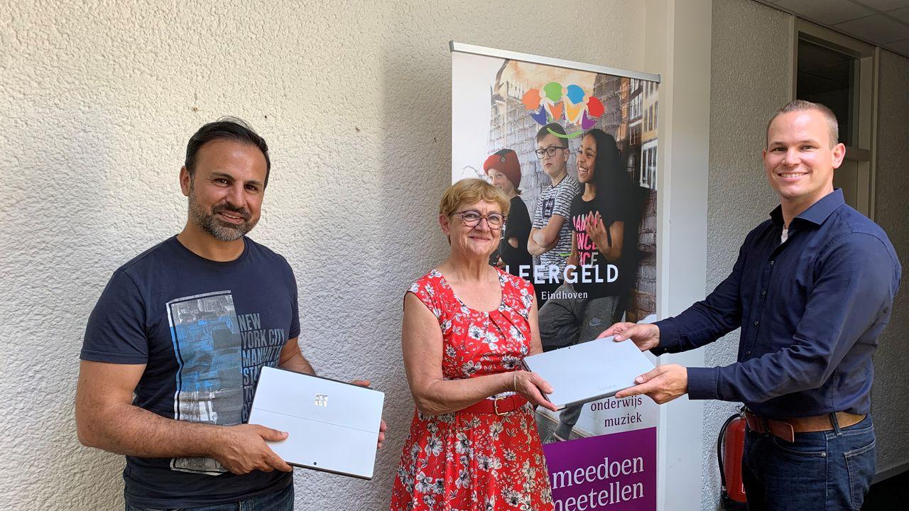 Gemeenteraad schenkt laptops aan Stichting Leergeld