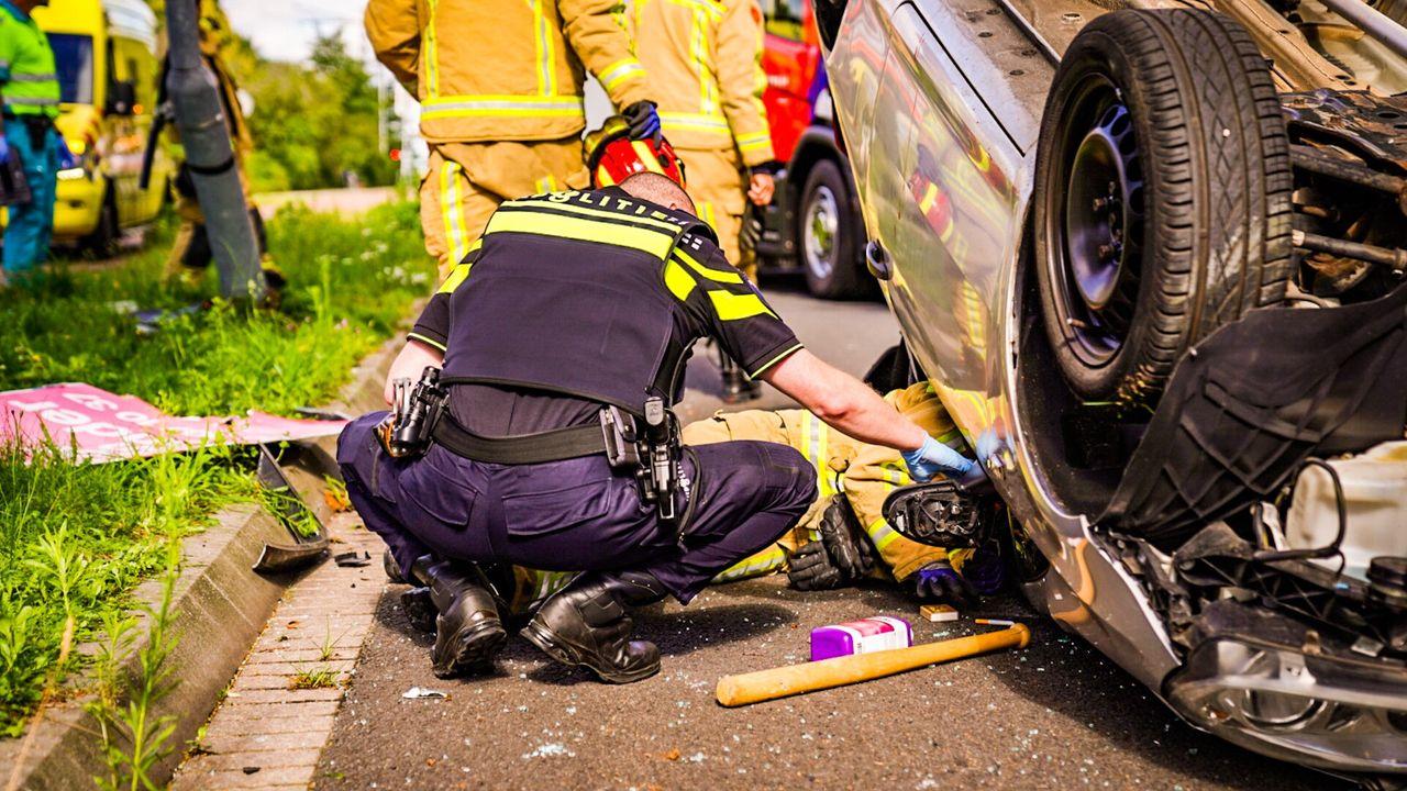Auto over de kop in Woensel, lachgas en honkbalknuppel aangetroffen