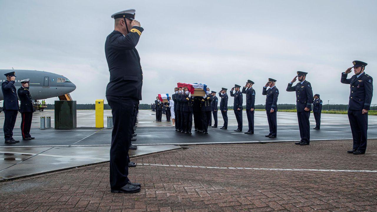 Lichamen omgekomen militairen aangekomen op Vliegbasis Eindhoven