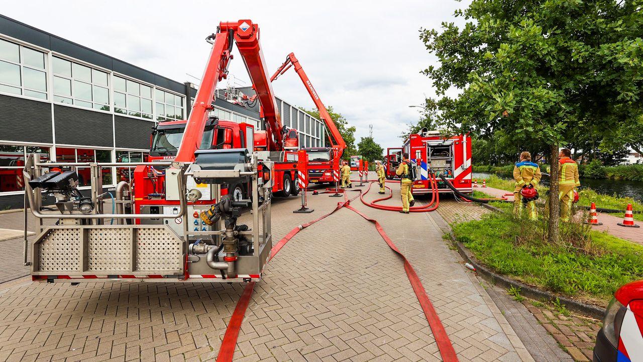 Flinke brand op dak van bedrijfsloods