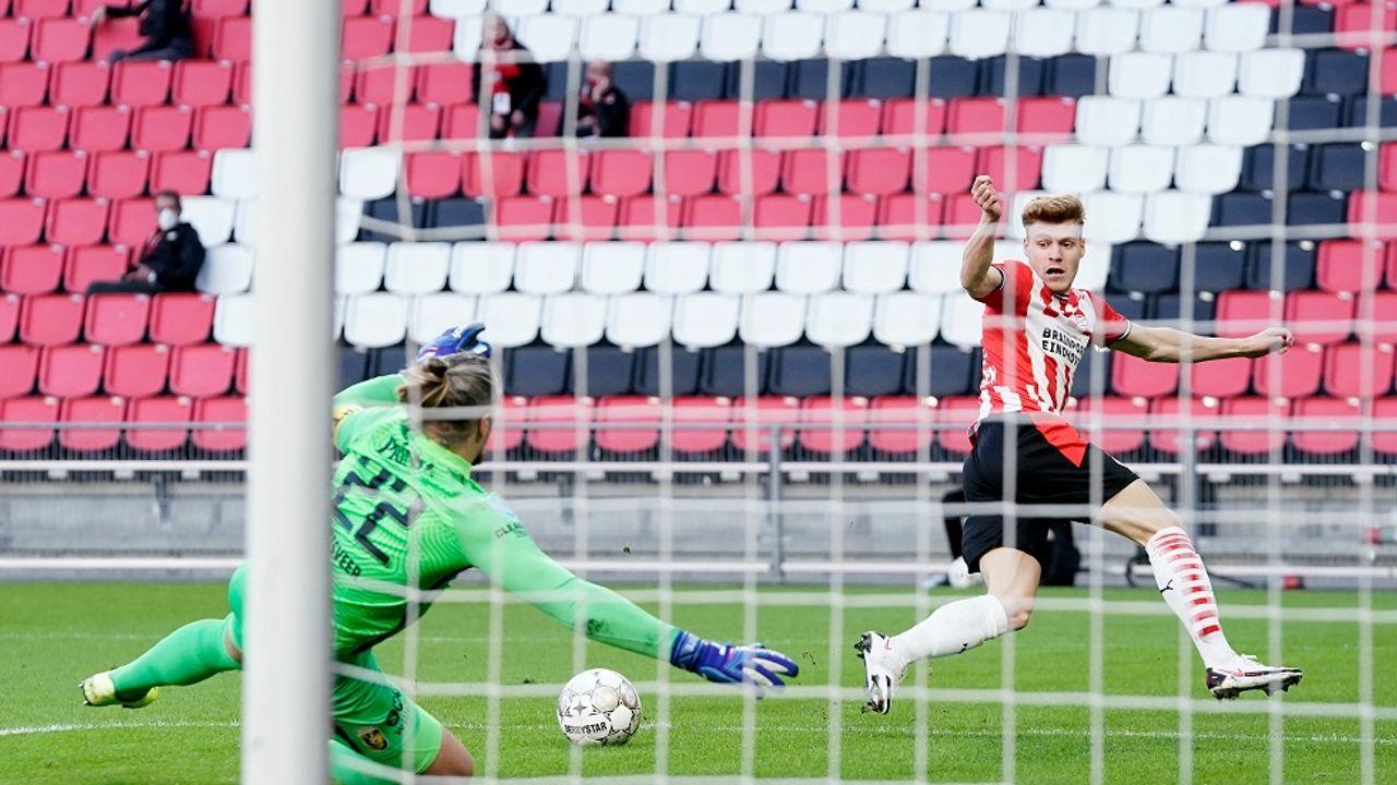 PSV wint in de laatste minuten tegen Vitesse