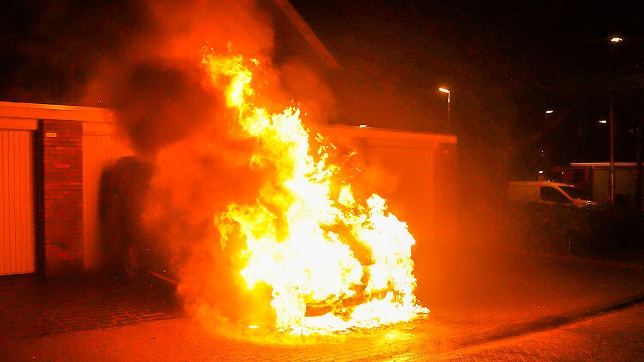 Bestelbus in brand gestoken