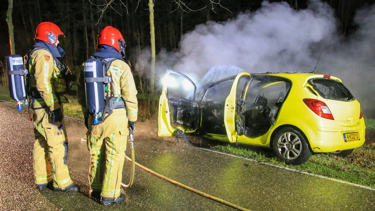 Man merkt tijdens rijden dat auto in brand staat