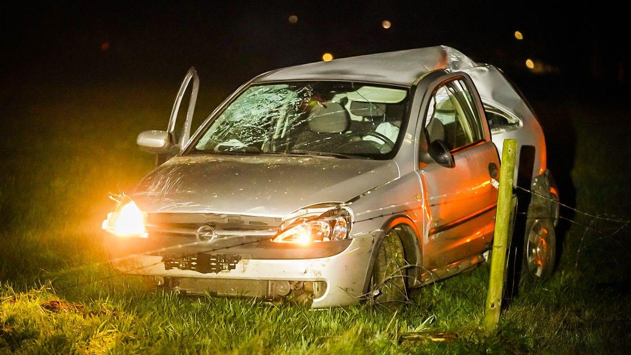 Auto schiet van de A270 bij Nuenen, belandt in weiland