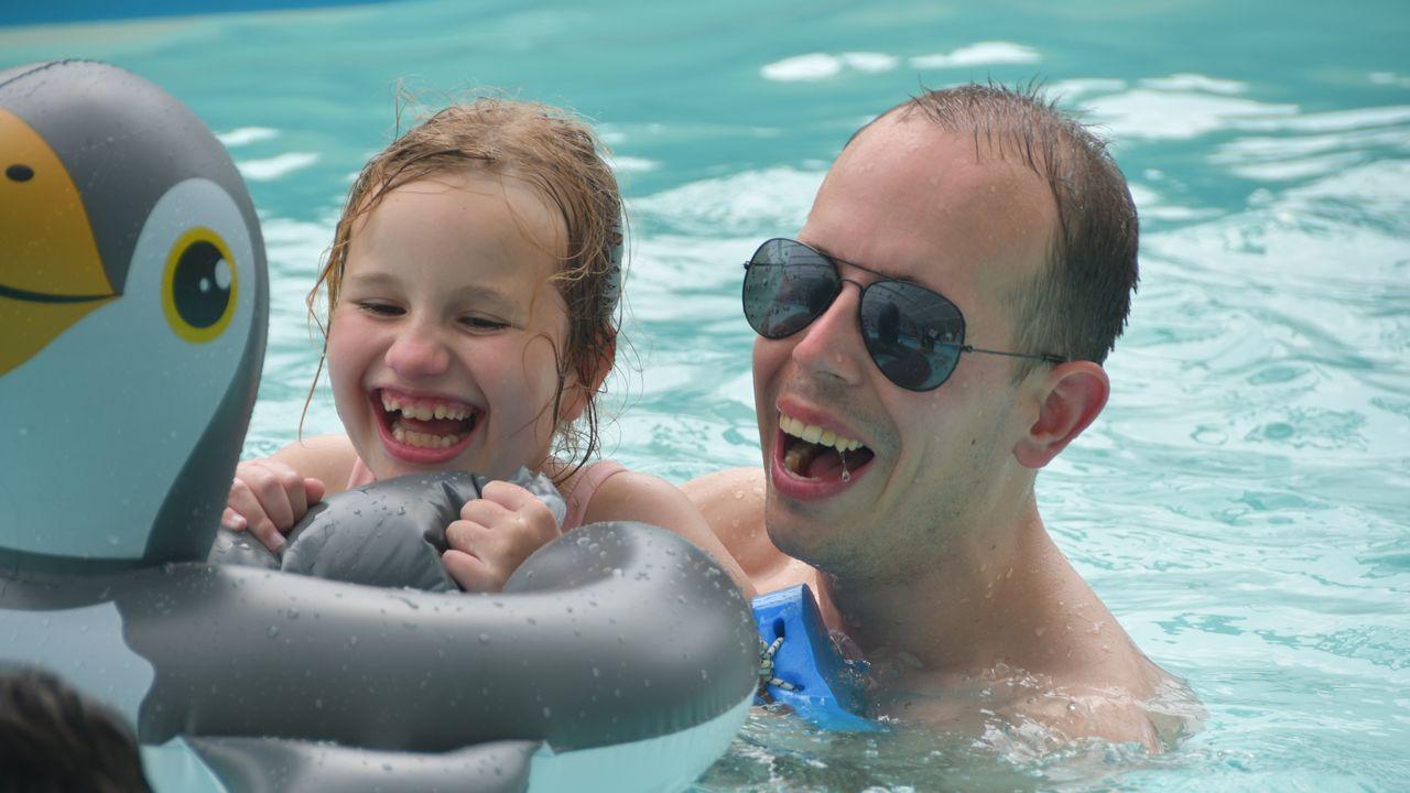 Mark uit Nuenen leert Senna met spierziekte zwemmen