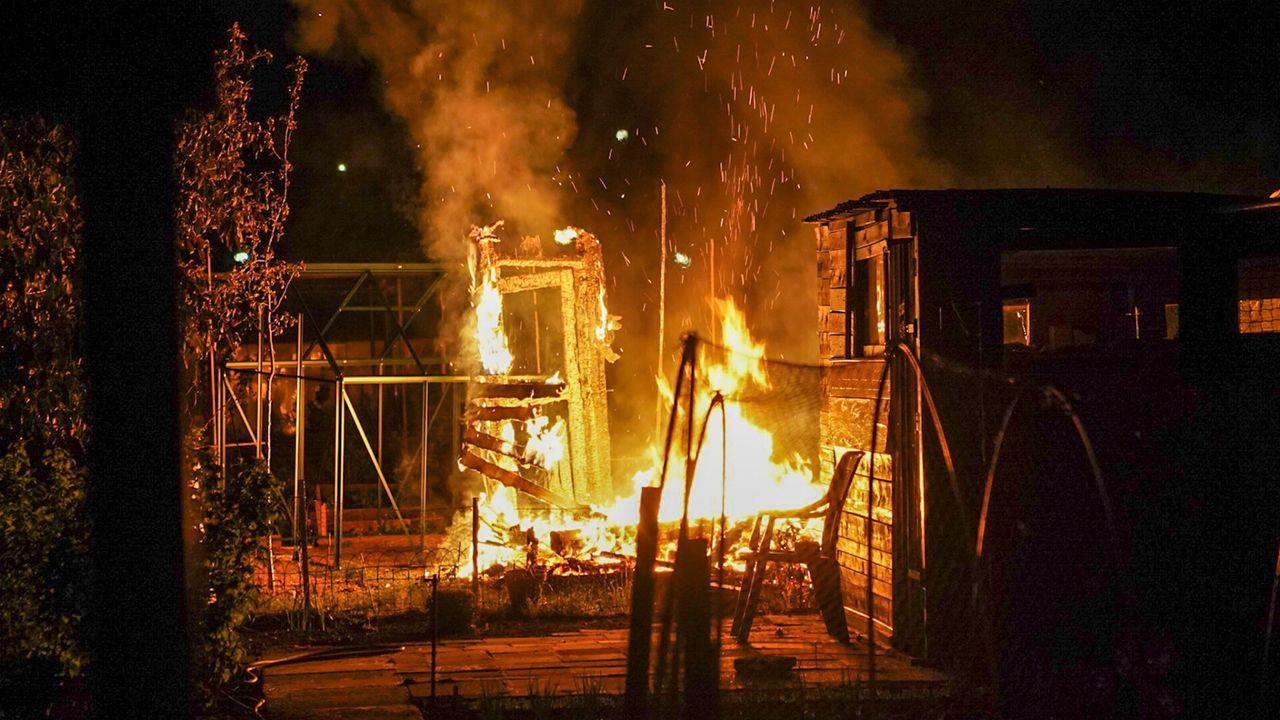 Tuinhuisje verwoest door brand op volkstuincomplex