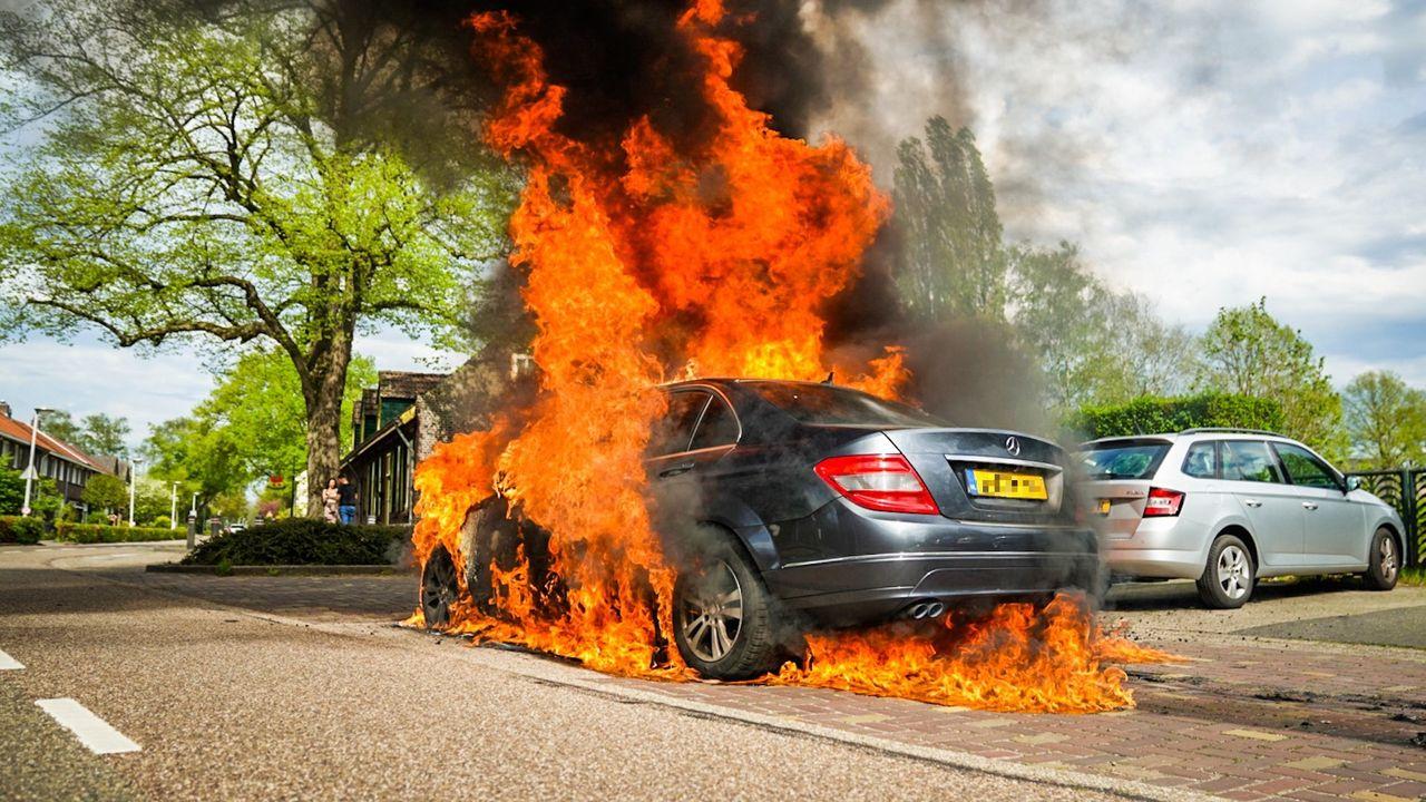 Mercedes vliegt in brand in Nuenen