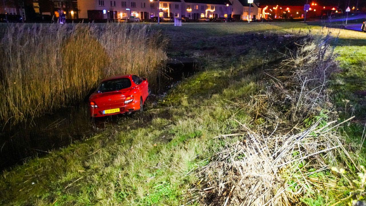 Auto belandt in sloot Park Forum na slippartij