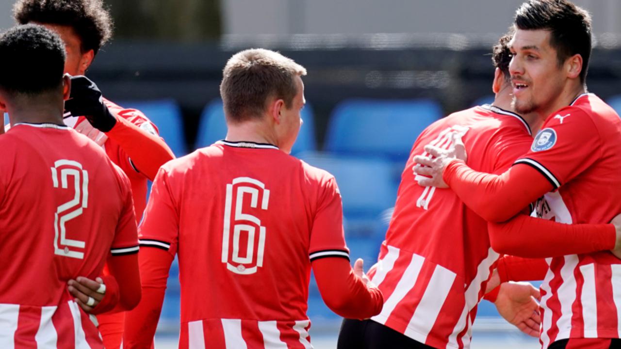 Jong PSV aan kop in strijd om periodetitel na overwinning