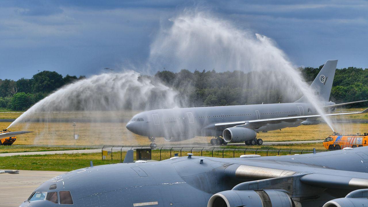 Tank- en transportvliegtuig aangekomen in Eindhoven