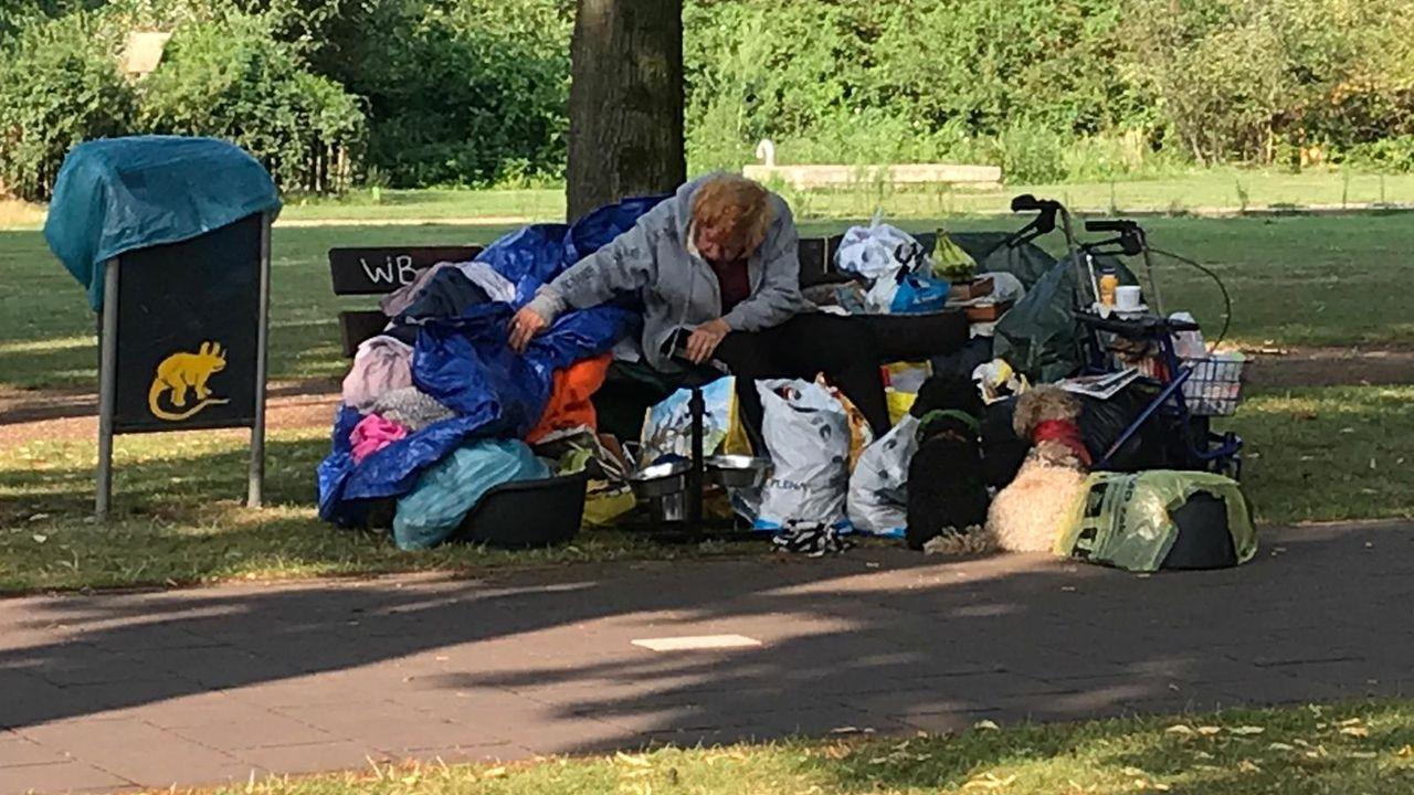 Dakloze vrouw heeft haar bankje verlaten