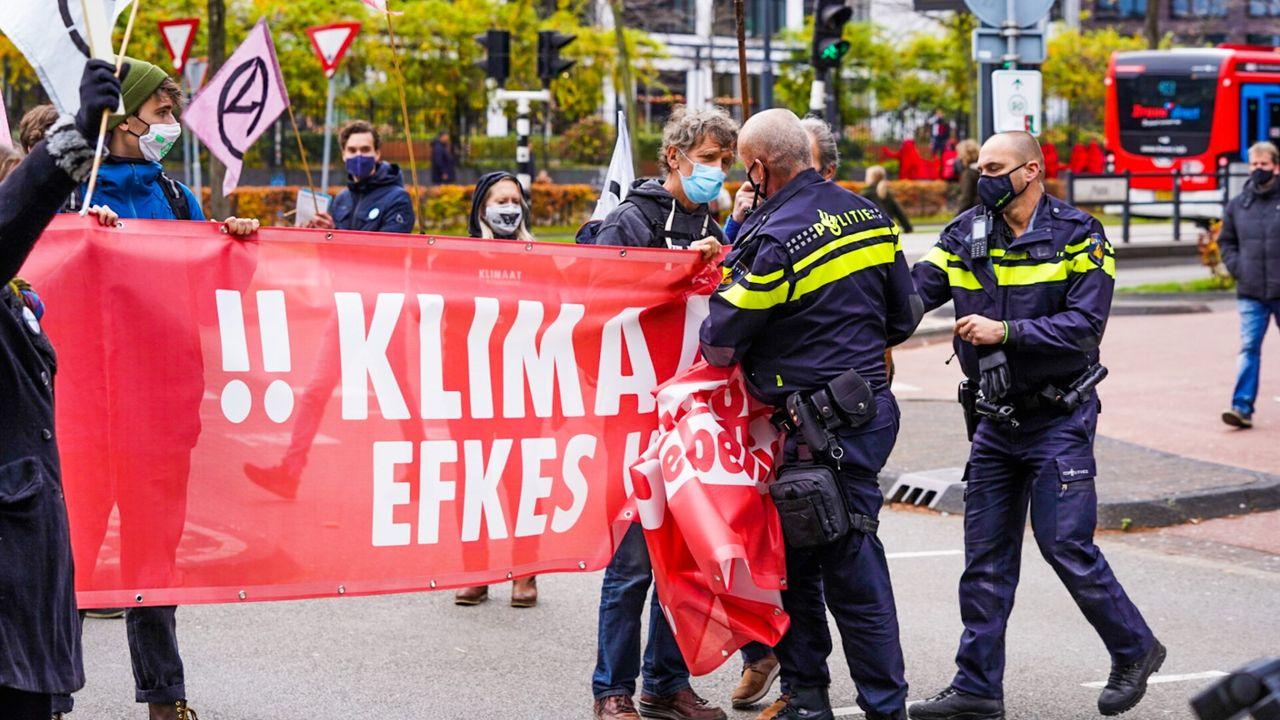 Politie maakt einde aan 'blokkeeractie' Extinction Rebellion in Eindhoven