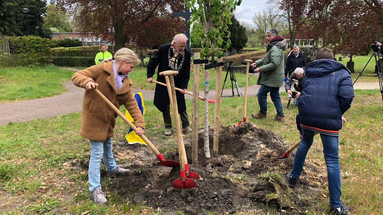 """Elfjarigen planten Anne Frankboom: """"We moeten aan de oorlog blijven denken"""""""