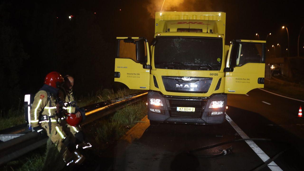 Brand in cabine vrachtwagen op snelweg bij Best