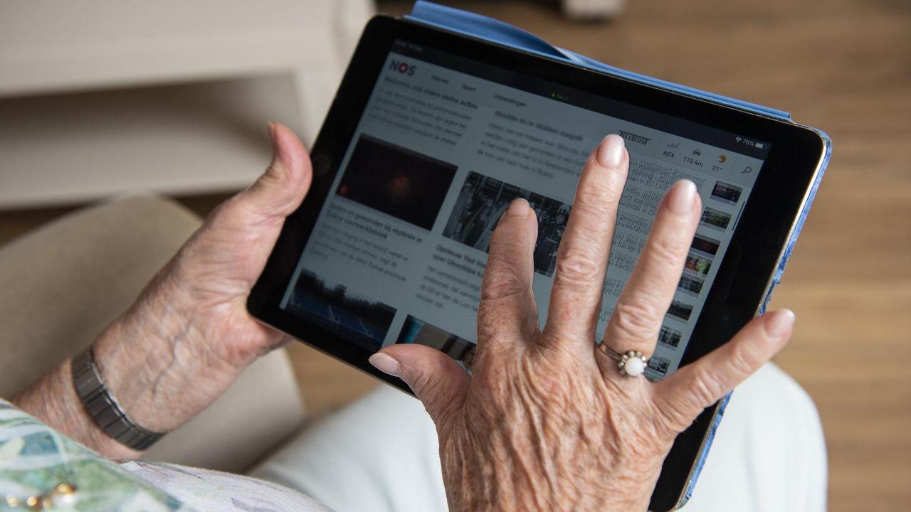 ASML'ers maken ouderen wegwijs op de computer