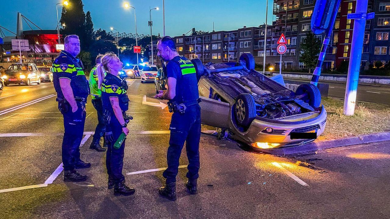 Auto over de kop in Eindhoven, veroorzaker rijdt door