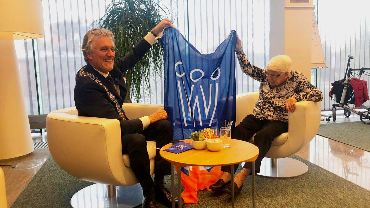 Oudste inwoner van Eindhoven ontvangt koningsdagvlag