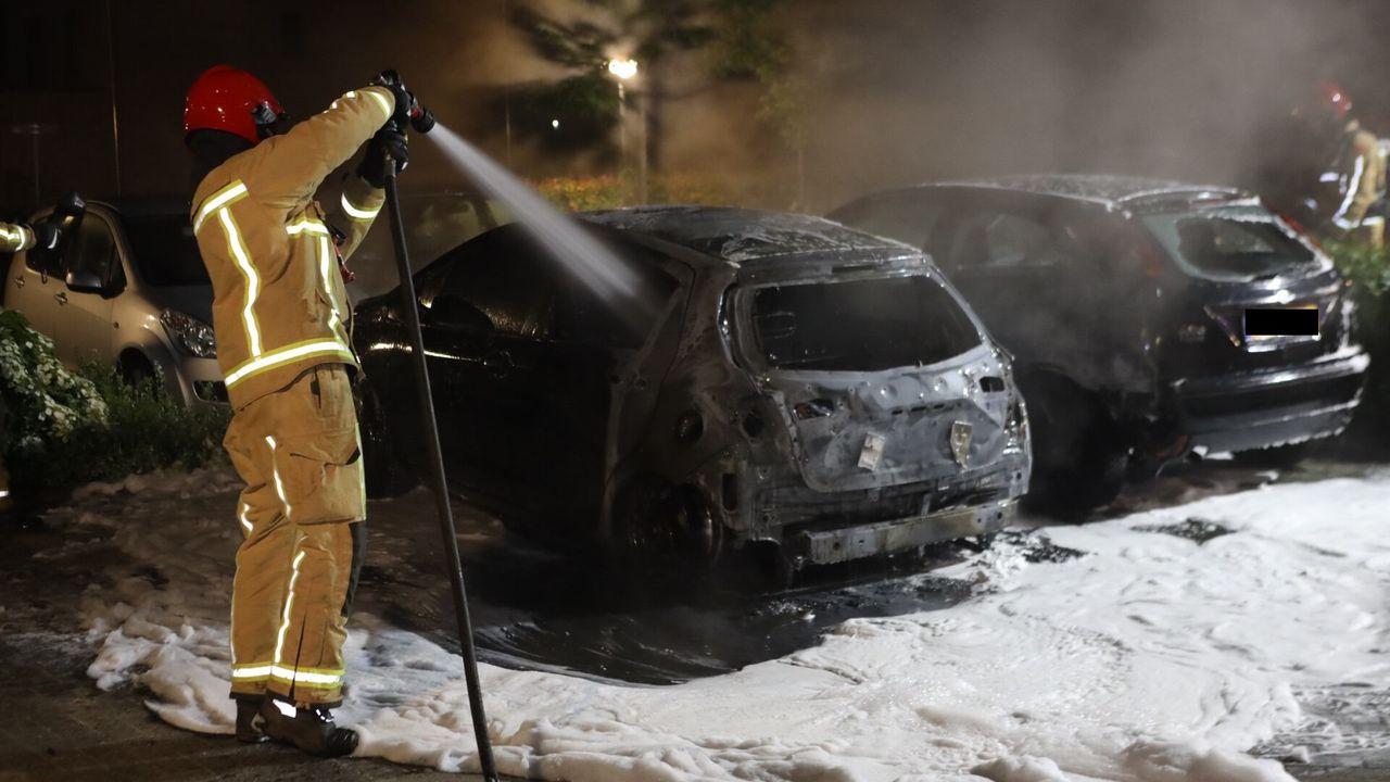 Twee geparkeerde auto's in Son en Breugel in vlammen opgegaan