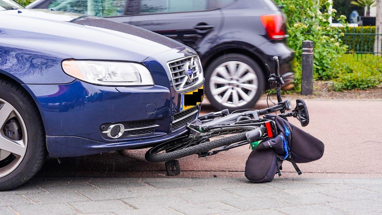 Fietser zwaargewond na aanrijding met auto in Geldrop