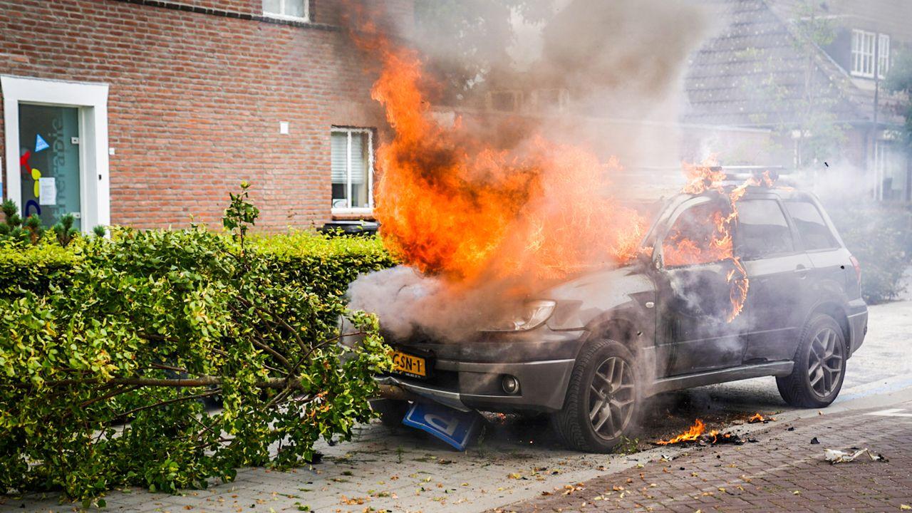 Autobrand in Nuenen; bestuurder neemt de benen
