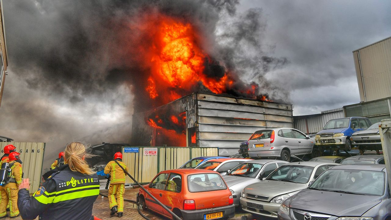 Grote brand in autosloperij in Heeze