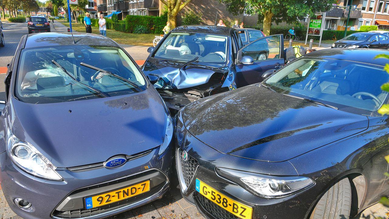 Bizar ongeluk Veldhoven: drie auto's zwaar beschadigd