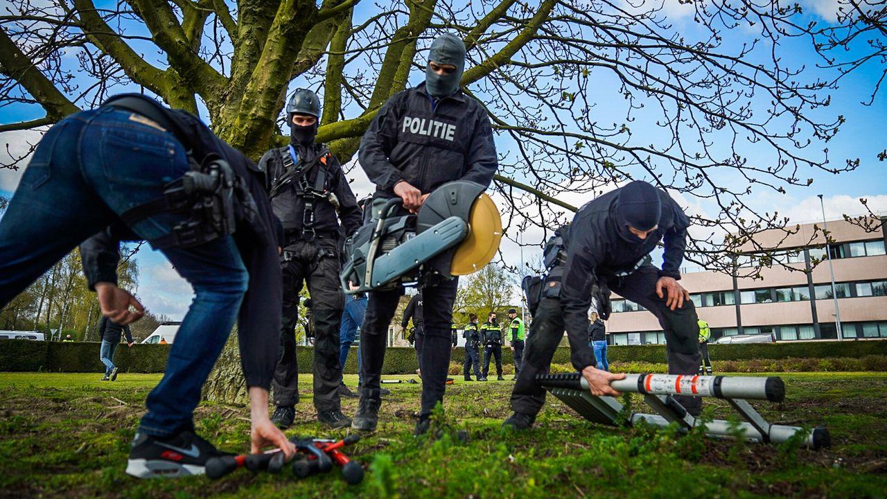 Arrestatieteam ingezet om demonstranten uit de boom te halen