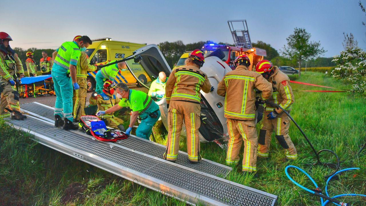 Auto knalt op tractor, chauffeur gewond