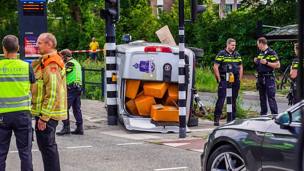 Bus vol grondstoffen voor drugs belandt op zijn kant in Eindhoven na politieachtervolging, bestuurder aangehouden