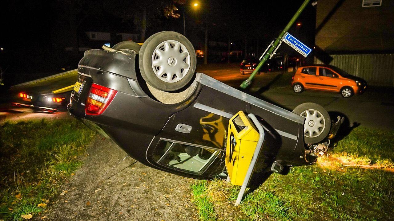 Auto over de kop in Nuenen, bestuurder verdwenen