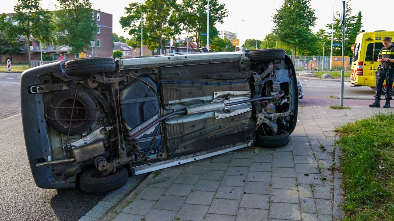 Auto op zijn kant bij ongeluk in Eindhoven