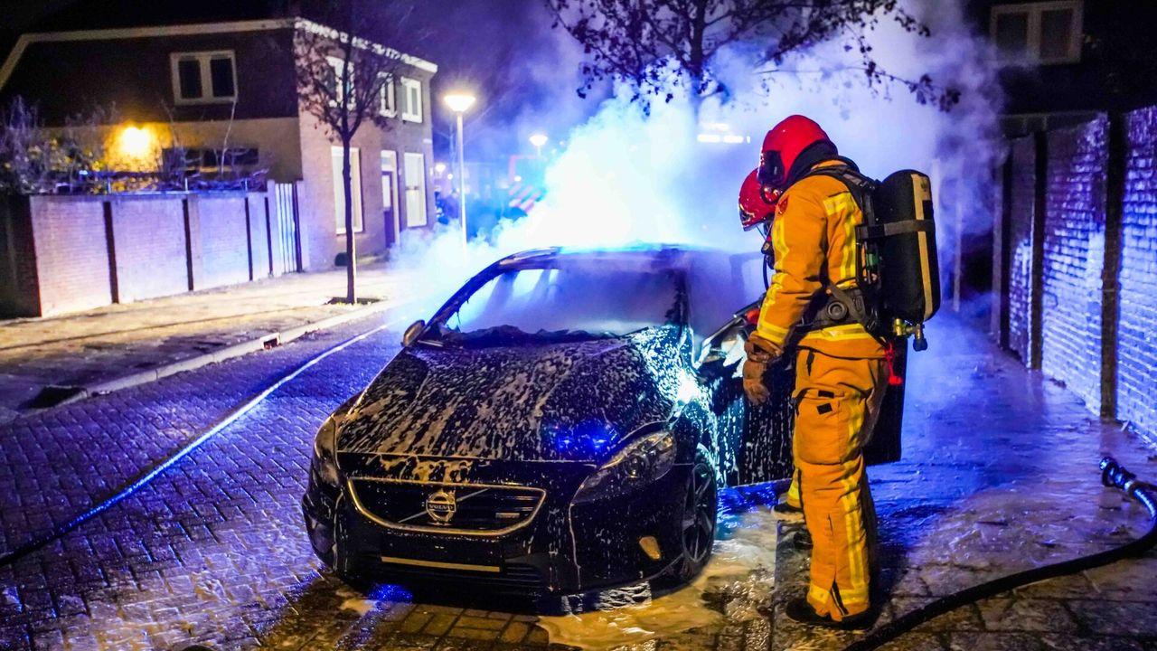 Auto zonder kentekenplaten in brand gestoken
