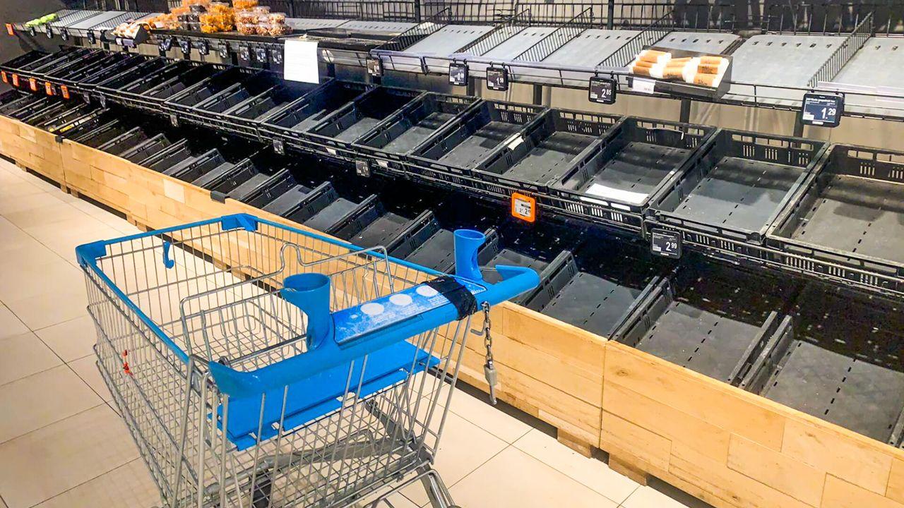 Lege schappen in supermarkten door brand in vrachtwagen